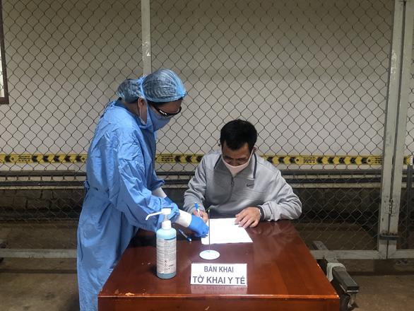 Đấm vào mặt bảo vệ bệnh viện khi được yêu cầu đo thân nhiệt sàng lọc COVID-19 - Ảnh 3.