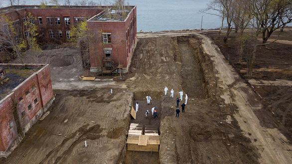 New York xây khu chôn cất tập thể khủng vì dịch COVID-19, thật hay giả? - Ảnh 3.