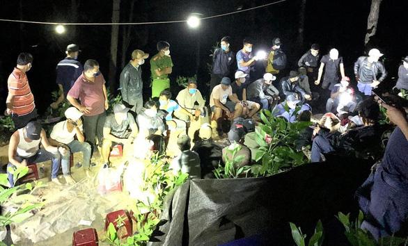 Hơn 40 con bạc sát phạt nhau giữa khuya ở rừng phòng hộ - Ảnh 1.