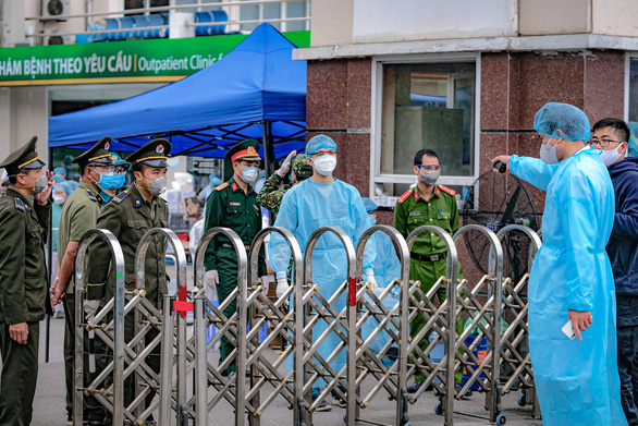 Gỡ phong tỏa, Bệnh viện Bạch Mai hoạt động bình thường từ 12-4 - Ảnh 1.