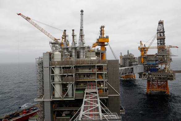 Nga, Saudi Arabia đồng ý giảm sản lượng, giá dầu sắp tăng - Ảnh 1.