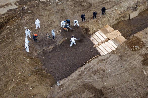 New York xây khu chôn cất tập thể khủng vì dịch COVID-19, thật hay giả? - Ảnh 1.
