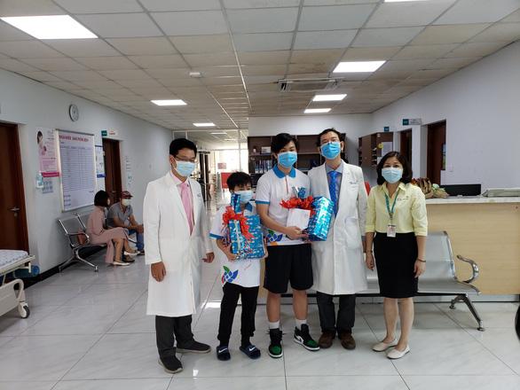 Bé trai 10 tuổi ở TP.HCM và 2 người khác khỏi COVID-19 xuất viện - Ảnh 1.