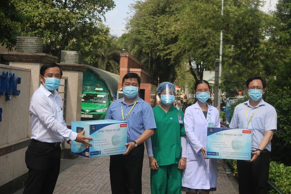 Sen Group tặng 50.000 khẩu trang y tế cho Bệnh viện Đại học Y dược TP.HCM - Ảnh 1.