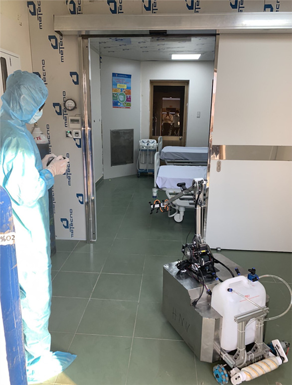Nhiều sáng kiến hữu ích mùa COVID-19: Robot khử khuẩn phòng cách ly - Ảnh 1.