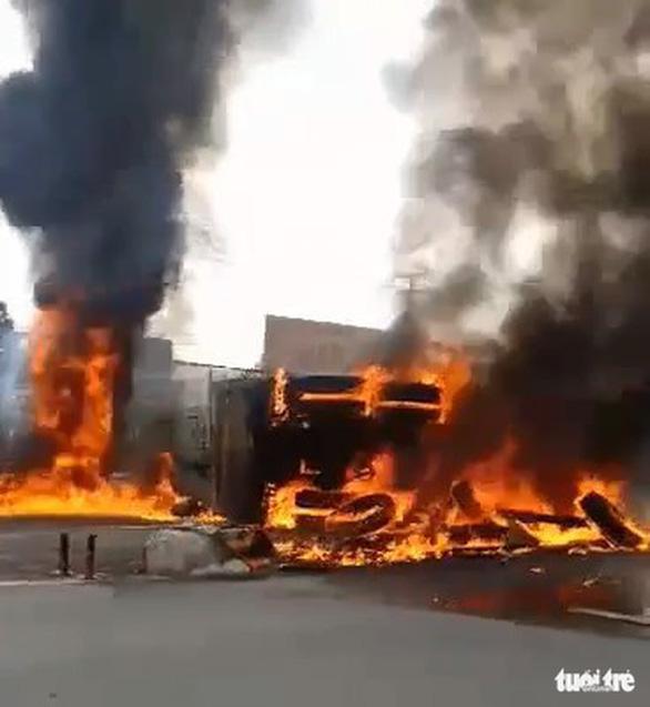 Xe ben lật bốc cháy dữ dội trên quốc lộ 1 - Ảnh 2.