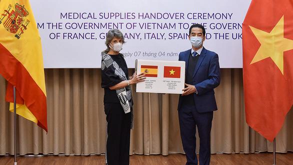 Khẩu trang Việt Nam tỏa ra thế giới - Ảnh 1.