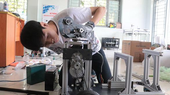 Nhiều sáng kiến hữu ích mùa COVID-19: Robot khử khuẩn phòng cách ly - Ảnh 3.