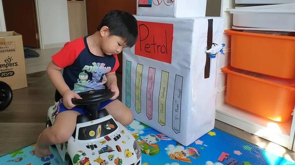 Phụ huynh sáng tạo đủ trò cho con chơi trong mùa COVID-19 - Ảnh 2.
