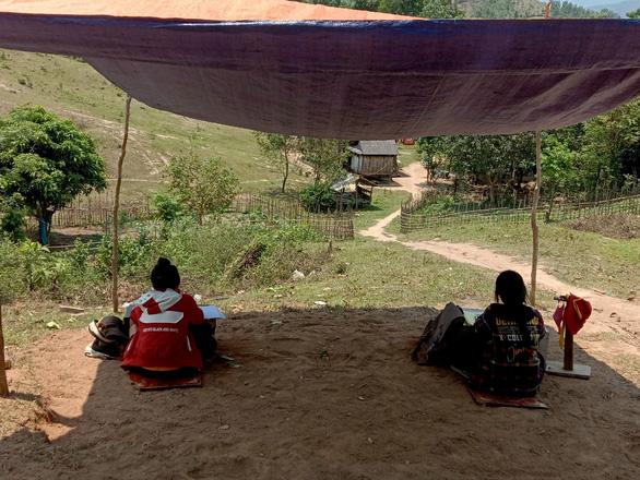 Dựng lều trên đồi cho con học online - Ảnh 1.