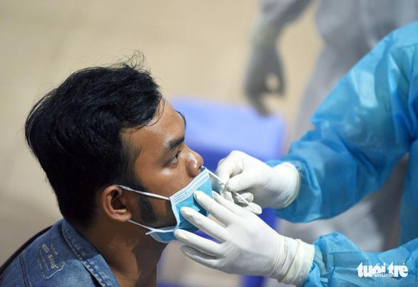 1.600 công nhân ở TP.HCM sẽ được xét nghiệm sàng lọc COVID-19 - Ảnh 1.