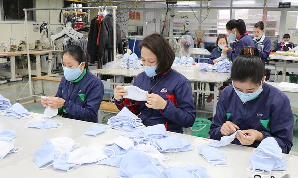Không dễ xuất khẩu khẩu trang, quần áo bảo hộ phòng dịch - Ảnh 1.