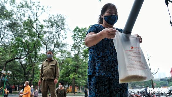 Cây ATM gạo đã có mặt ở Hà Nội - Ảnh 8.
