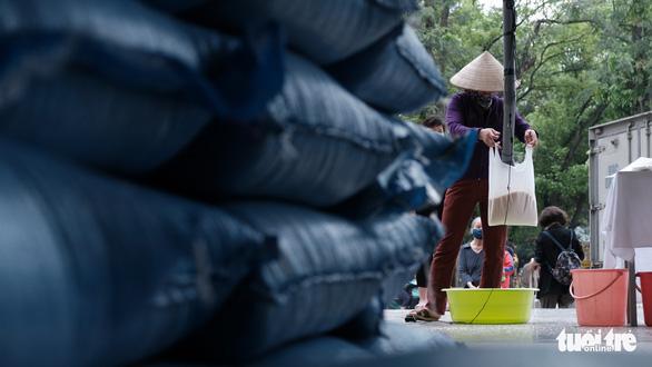 Cây ATM gạo đã có mặt ở Hà Nội - Ảnh 9.