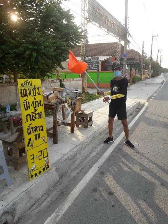 Thai League tạm nghỉ: Cầu thủ, HLV làm ruộng, chăn bò, bán bánh mì... kiếm sống - Ảnh 3.