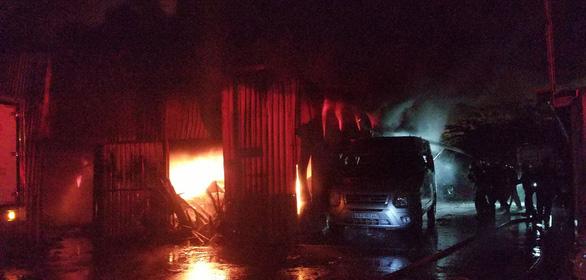 2 ôtô cháy đen tại bãi đậu xe ở Đà Nẵng trong đêm - Ảnh 1.