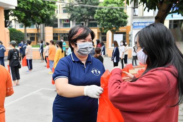 ĐH KHXH&NV Hà Nội hỗ trợ thực phẩm cho sinh viên khó khăn - Ảnh 1.