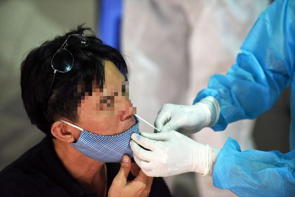 Mũi hay họng chứa nhiều virus SARS-CoV-2 hơn? - Ảnh 1.