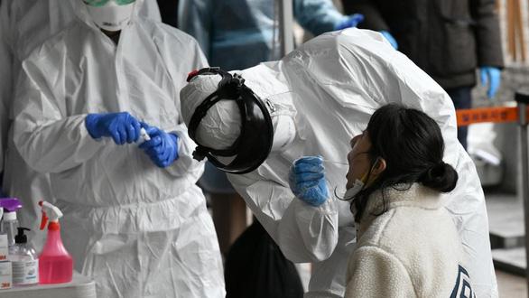 Mỹ cho phép xét nghiệm virus corona qua nước bọt, đỡ lây nhiễm cho y bác sĩ - Ảnh 2.