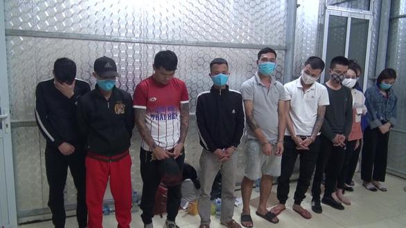 Bắt 11 thanh niên tụ tập hát karaoke, dùng ma túy bất chấp giãn cách phòng dịch - Ảnh 1.
