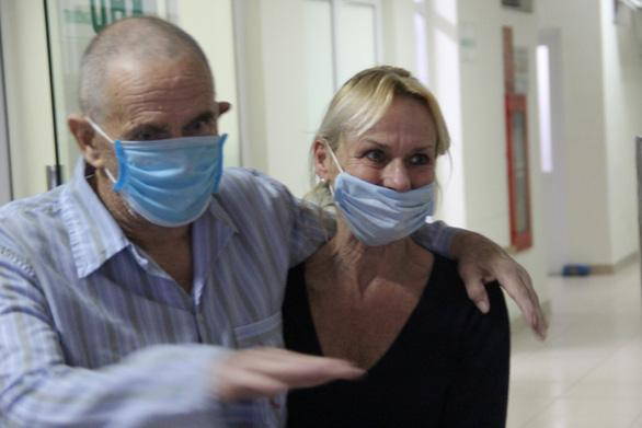 Bệnh nhân người Anh ca nặng đã khỏi bệnh, ra viện trong đêm để về nước - Ảnh 2.