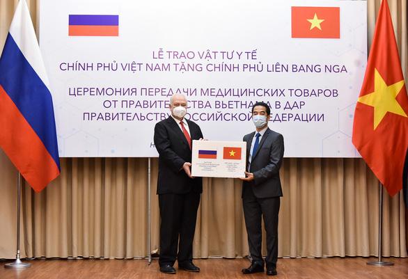 Việt Nam tặng Nga 150.000 khẩu trang chống COVID-19 - Ảnh 1.