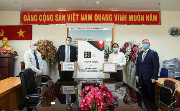 Đại diện Hiệp hội Doanh nghiệp Anh Quốc tại Việt Nam (BBGV) trao quà cho đại diện Hội thầy thuốc trẻ Việt Nam (VYPA) - Ảnh: ĐẠI SỨ QUÁN ANH TẠI VIỆT NAM