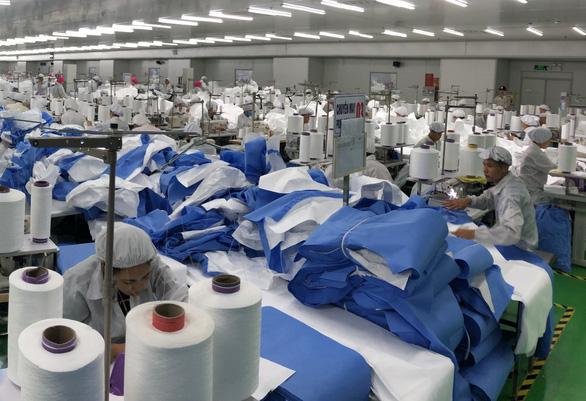 DuPont sản xuất cấp tốc quần áo bảo hộ từ Việt Nam xuất sang Mỹ ra sao? - Ảnh 1.