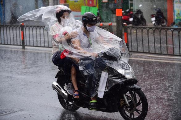 TP.HCM và Nam Bộ mưa, đề phòng dông lốc, mưa đá nguy hiểm - Ảnh 1.