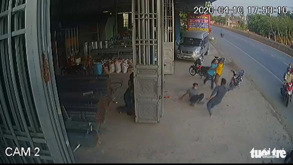 Làm rõ clip nhóm thanh niên đánh nhau với 4 công an xã, có nổ súng chỉ thiên - Ảnh 1.