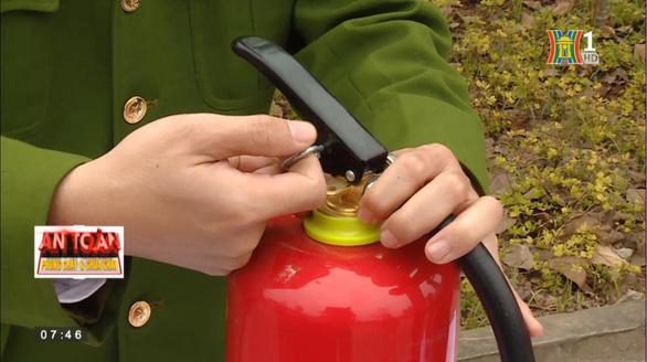 PV GAS đồng hành với Hà Nội TV: hướng dẫn sử dụng bình chữa cháy - Ảnh 2.
