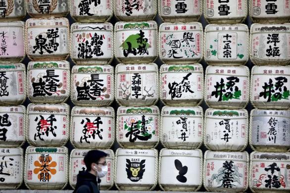 Nhật Bản gợi ý dùng rượu độ cồn cao khi không có nước rửa tay - Ảnh 1.