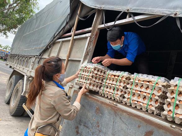 ATM gạo nhân ái có mặt ở Bình Định, nhiều tấm lòng tràn tới đổ gạo vô - Ảnh 3.