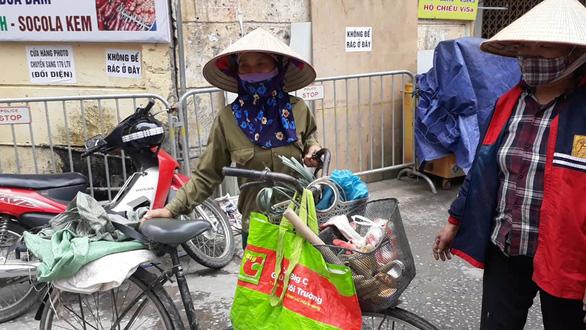 Người nghèo vất vả mưu sinh, ve chai và rác cũng ít - Ảnh 3.