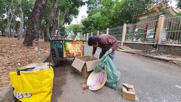 Người nghèo vất vả mưu sinh, ve chai và rác cũng ít - Ảnh 4.
