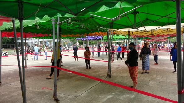 ATM gạo nhân ái có mặt ở Bình Định, nhiều tấm lòng tràn tới đổ gạo vô - Ảnh 1.