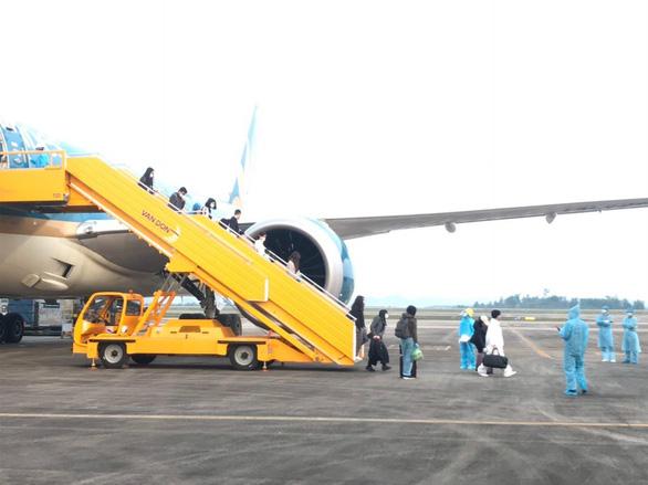 Chuyến bay chở 93 người Việt từ Anh về nước hạ cánh sân bay Vân Đồn - Ảnh 1.