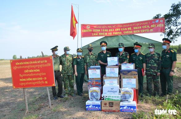 Quân khu 7 tặng quà chiến sĩ  chống dịch COVID-19 tuyến biên giới Campuchia - Ảnh 1.