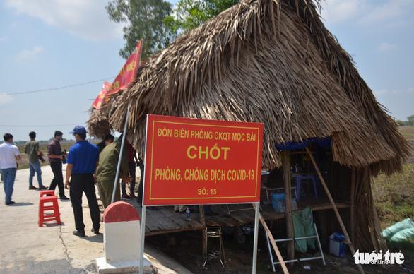 Quân khu 7 tặng quà chiến sĩ  chống dịch COVID-19 tuyến biên giới Campuchia - Ảnh 4.