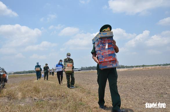 Quân khu 7 tặng quà chiến sĩ  chống dịch COVID-19 tuyến biên giới Campuchia - Ảnh 5.