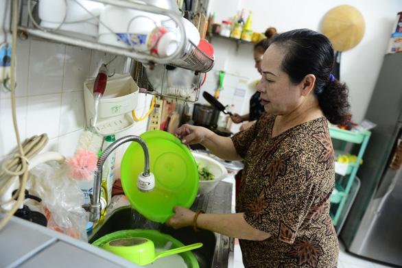 TP.HCM xem xét miễn tiền nước cho hộ nghèo, cận nghèo ba tháng 4, 5 ,6 - Ảnh 1.