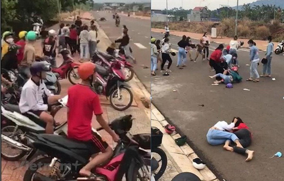 Bình Phước: Hai nhóm thiếu nữ đánh nhau ở cổng trường do mâu thuẫn tiền bạc - Ảnh 1.