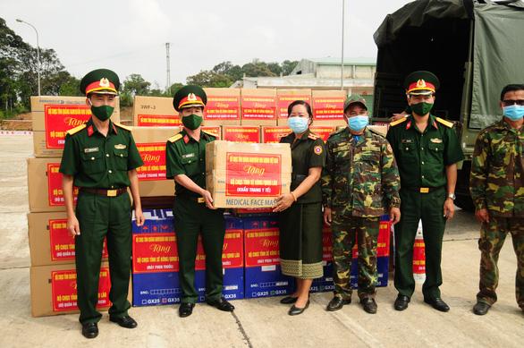 Quân khu 5 tặng 4,7 tỉ đồng vật tư y tế giúp Lào, Campuchia chống COVID-19 - Ảnh 2.