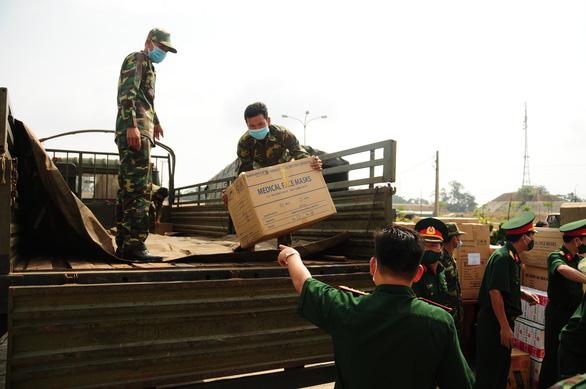 Quân khu 5 tặng 4,7 tỉ đồng vật tư y tế giúp Lào, Campuchia chống COVID-19 - Ảnh 1.
