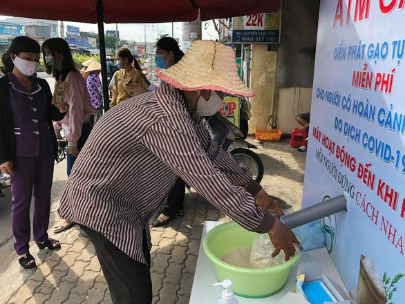 Cây ATM gạo tại Cần Thơ, Long  An chia sẻ khó khăn với người nghèo - Ảnh 1.