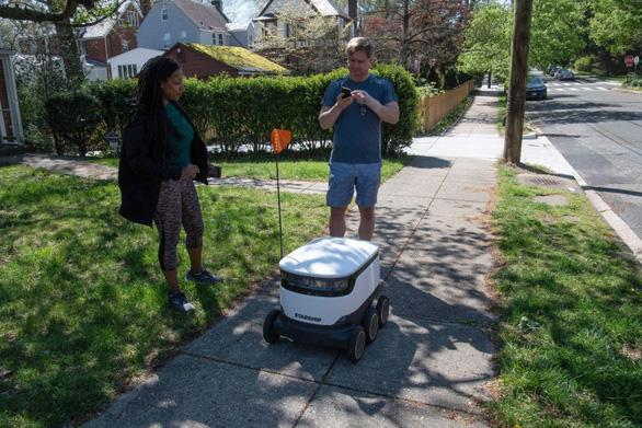 Robot, máy bay không người lái lên ngôi mùa dịch - Ảnh 1.