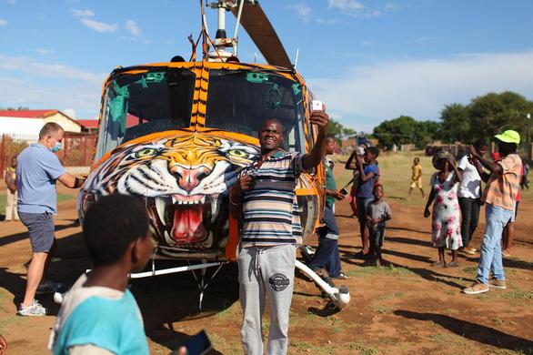Lấy trực thăng ở nhà đi làm từ thiện - Ảnh 2.
