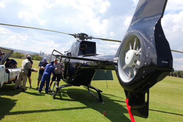 Lấy trực thăng ở nhà đi làm từ thiện - Ảnh 1.