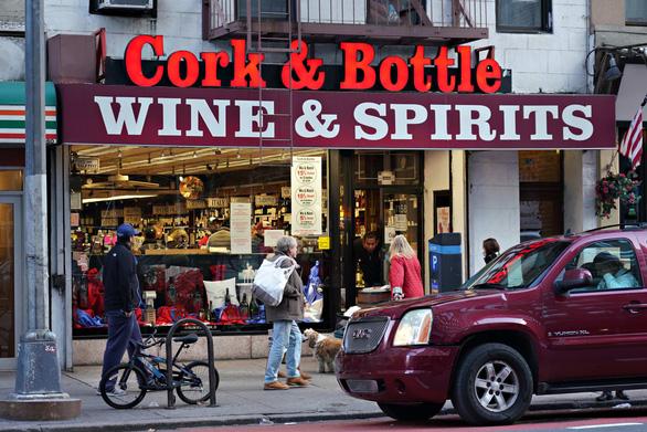 WHO: Uống rượu làm tăng nguy cơ nhiễm, biến chứng bệnh COVID-19 - Ảnh 1.