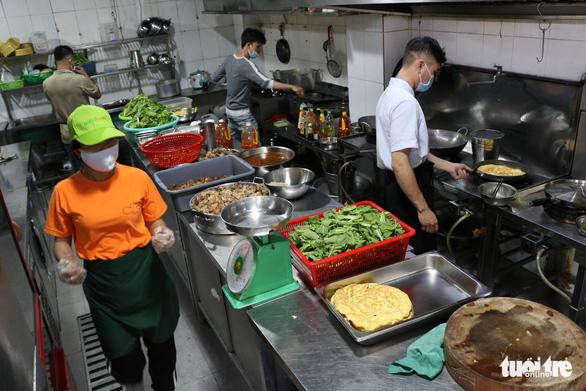 Biến nhà hàng thành quán cơm dã chiến phục vụ người nghèo - Ảnh 2.